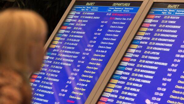 Табло с информацией о вылетах в аэропорту Домодедово в Москве.