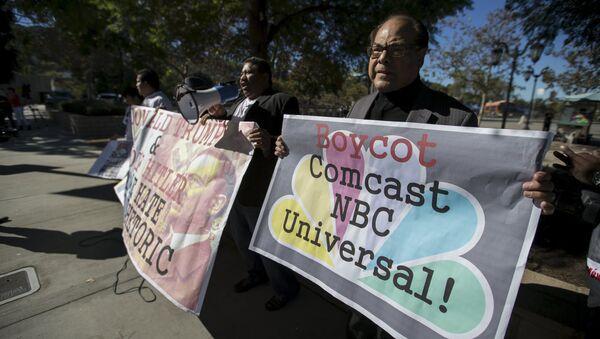 Плакаты с призывом бойкотировать телеканал NBC из-за появления в эфире Дональда Трампа