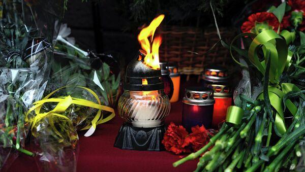 Свечи и цветы в память о жертвах трагедии. Архивное фото