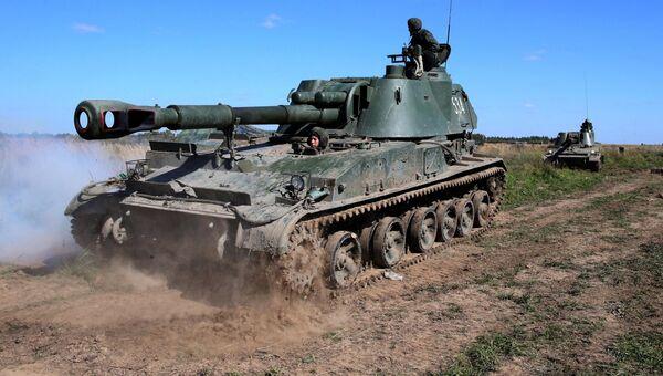 Боевые учения самоходных артиллерийских установок (САУ) Акация калибра 152 мм. Архивное фото