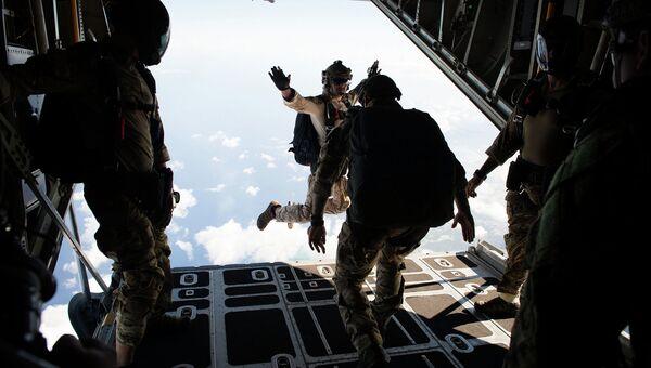 Прыжок военнослужащего США с самолета C-130 Hercules в ходе отработки свободного падения