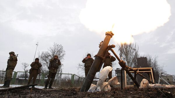 Солдаты ВСУ ведут минометный обстрел. Архивное фото