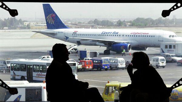 Самолет авиакомпании EgyptAir в аэропорту Каира. Архивное фото