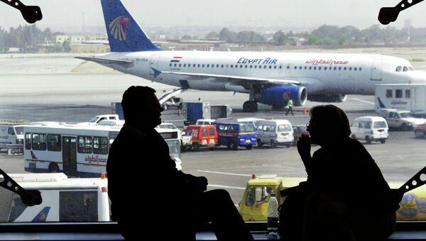 Самолет авиакомпании EgyptAir в аэропорту Каира, Египет