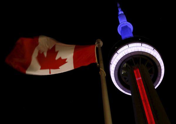 Телебашня Си-Эн Тауэр в цветах французского флага в память о жертвах терактов, Торонто, Канада