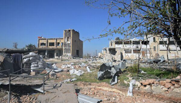 Разрушенные здания у авиабазы Квейрис в Сирии. Архивное фото