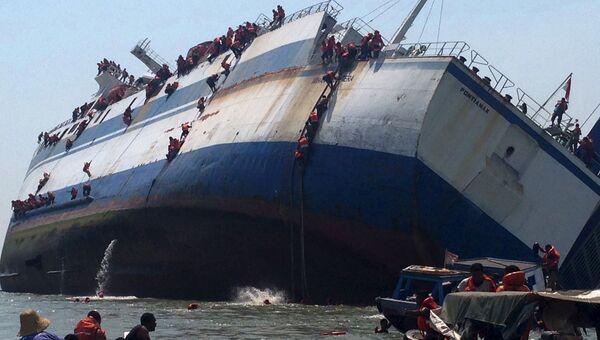 Морской паром KM Wihan Sejahtera перевернувшийся у берегов Индонезии