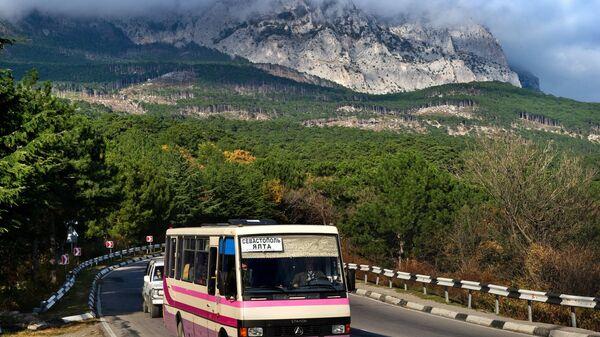 Рейсовый автобус Севастополь-Ялта в окрестностях большой Ялты на участке дороги вблизи Алупки