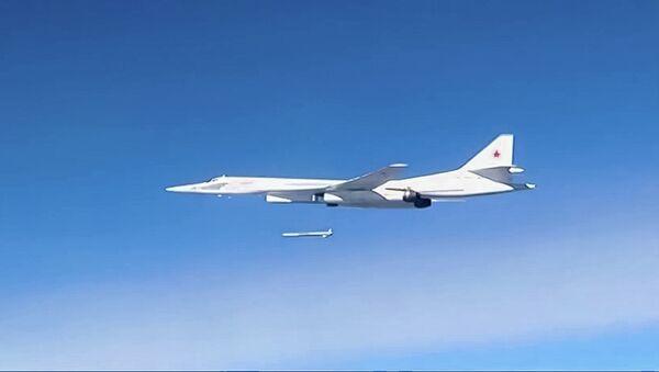 Запуск крылатой ракеты со стратегического бомбардировщика-ракетоносца Ту-160 Военно-космических сил России по объектам инфраструктуры ИГ в Сирии