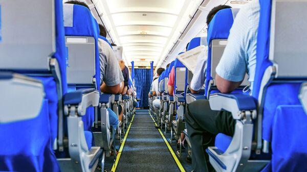 Пассажиры в салоне самолета . Архивное фото