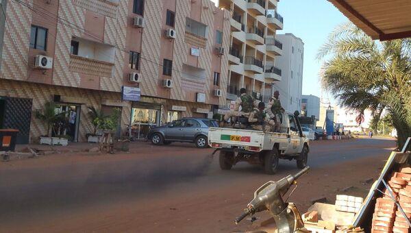 Сотрудники сил безопасности Мали возле отеля Radisson Blu в городе Бамако. 20 ноября 2015