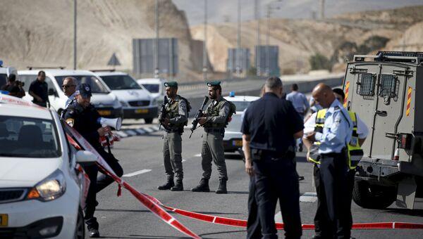 Полицейские на месте происшествия на Западном берегу реки Иордан, где израильтянин протаранил палестинку, 22 ноября 2015