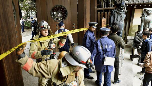 Спасатели и полиция возле храма Ясукуни в Токио