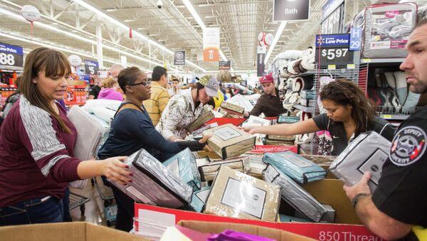 Покупатели в универмаге Walmart во время черной пятницы, США. Архивное фото