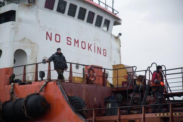 Рабочие на палубе танкера Надежда