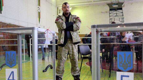 Активист организации Правой сектор на избирательном участке в Мариуполе