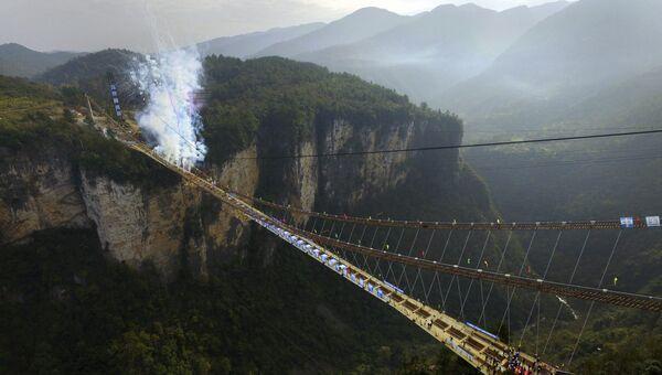 Фейерверк в честь окончания работ на самом длинном в мире стеклянном мосту в провинции Хунань, КНР. 3 декабря 2015