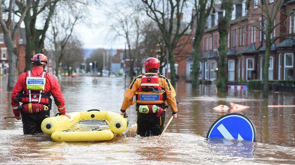 Сотрудники экстренных служб на затопленной улице в Великобритании