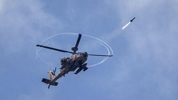 Вертолет Апач ВВС Израиля наносит ракетный удар по позициям палестинских боевиков в секторе Газа