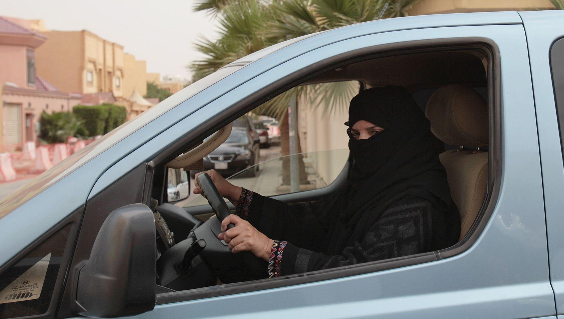 Женщина за рулем автомобиля в Саудовской Аравии - РИА Новости, 1920, 27.09.2017