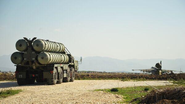 Зенитно-ракетный комплекс С-400 во время заступления на боевое дежурство на российской авиабазе Хмеймим