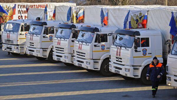 Сотрудник МЧС России у автомобилей гуманитарного конвоя МЧС РФ в Донецкой области. Архивное фото