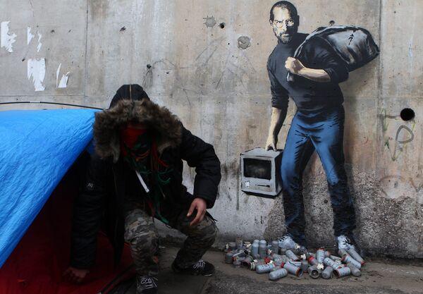 Граффити Бэнкси на стене лагеря для беженцев, в котором он изобразил Стива Джобса в роли мигранта