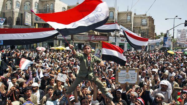 Йеменский мальчик машет национальным флагом