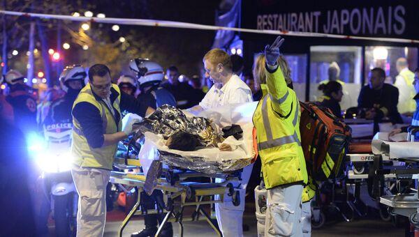 Спасатели работают на месте теракта в Париже. Архивное фото