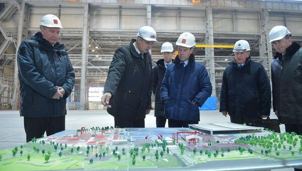 Председатель правительства России Дмитрий Медведев во время посещения ОАО Дальневосточный завод Звезда во Владивостоке
