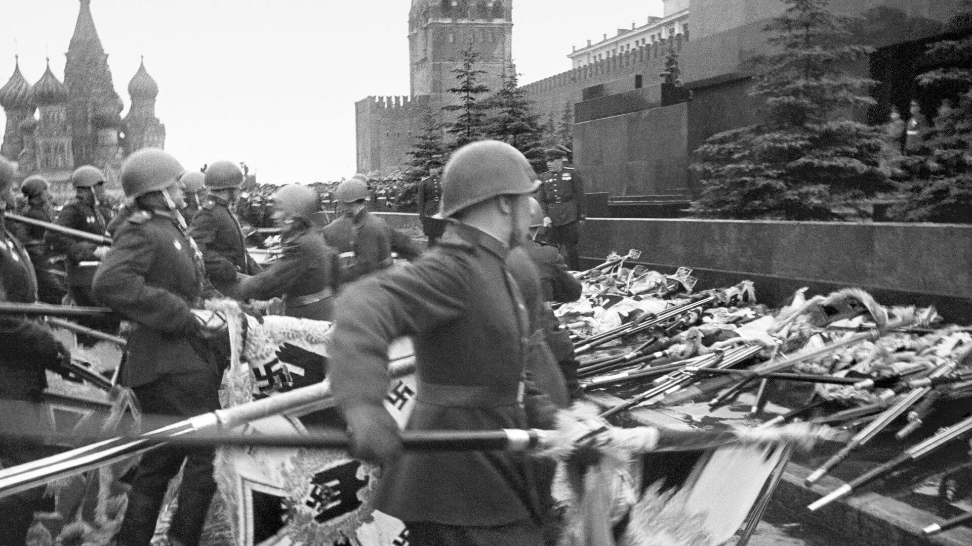 Москва. 1945 г. Парад Победы. Знамёна поверженных фашистских армий падают к стенам Кремля. - РИА Новости, 1920, 25.12.2020