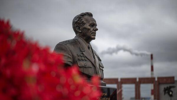 Памятник Михаилу Калашникову. Архивное фото