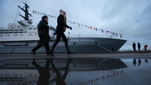 Прохожие у спасательного судна Игорь Белоусов в Санкт-Петербурге