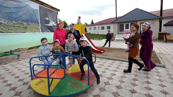 Женщины с детьми в селе Хунзах в Дагестане