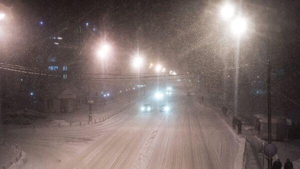 На улице Южно-Сахалинска во время метели. Архивное фото