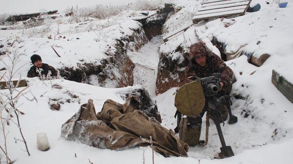 Бойцы ополчения ДНР на линии разграничения. Архивное фото