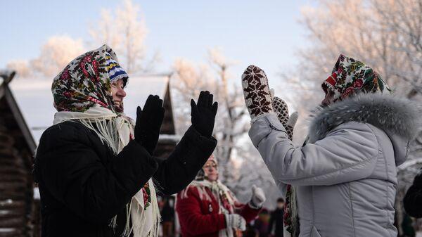 Женщины на зимнем празднике Святок в Музее народного деревянного зодчества Витославлицы