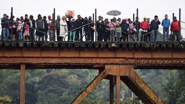 На месте падения в реку автобуса в Мексике