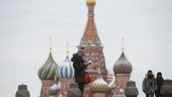 Туристы на Красной площади в Москве. Архивное фото