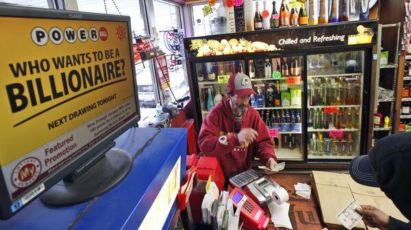 Мужчина покупает лотерейный билет Powerball максимальный выигрыш которой на данный момент составляет 1,5 миллиарда долларов