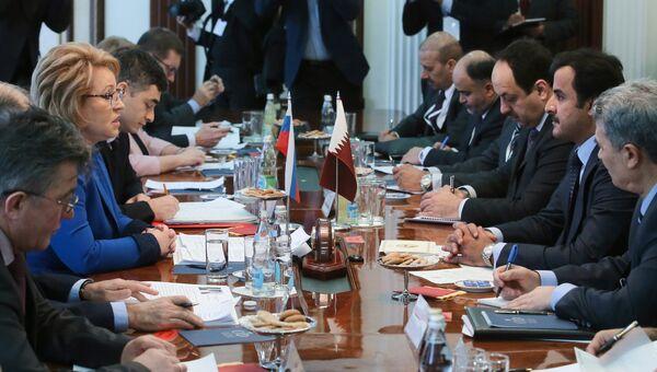 Эмир Катара Тамим Бен Хамад Аль Тани (второй справа) во время визита в Москву