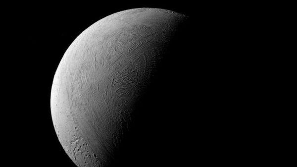 Уникальное фото освещенной половины Энцелада опубликовала НАСА
