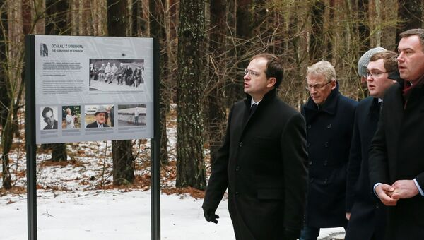 Министр культуры России Владимир Мединский (слева), глава Водавского района Андрей Романчук (справа) во время посещения места памяти советским военнопленным в Собиборе