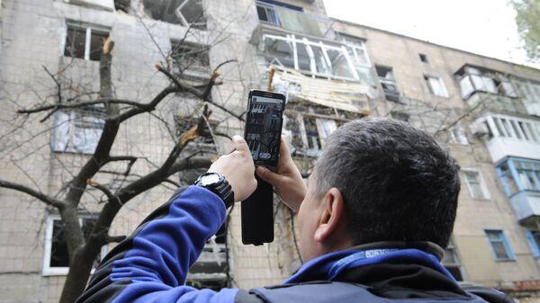 Сотрудник миссии ОБСЕ осматривает дом в Донецке. Архивное фото