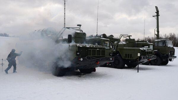 Военнослужащий 606-го краснознаменного гвардейского зенитного полка у пусковой установки зенитной ракетной систем С-400 Триумф, поступившей на вооружение объединения противовоздушной обороны ВКС в Московской области