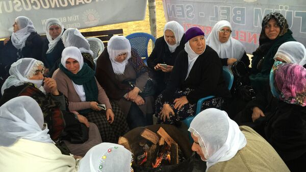 В турецком Диярбакыре сотни женщин выступили против столкновений между турецкой армией и курдами