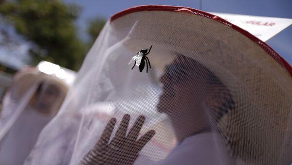 Человек в шляпе с москитной сеткой в Бразилии