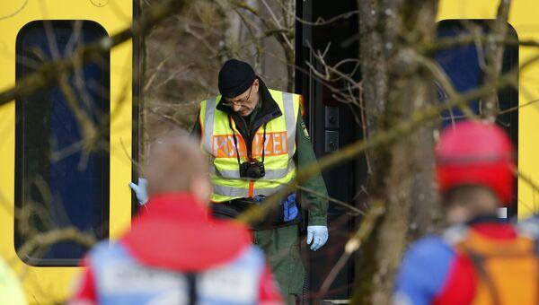 Полицейский фотограф на месте столкновения двух пассажирских поездов в Германии. 9 февраля 2016