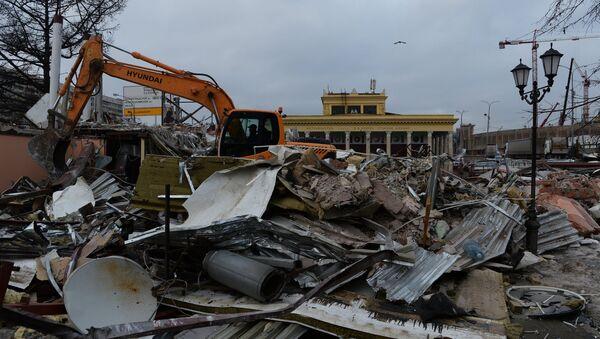 Сотрудники коммунальных служб сносят незаконно построенные торговые павильоны у метро Динамо в Москве. Архивное фото