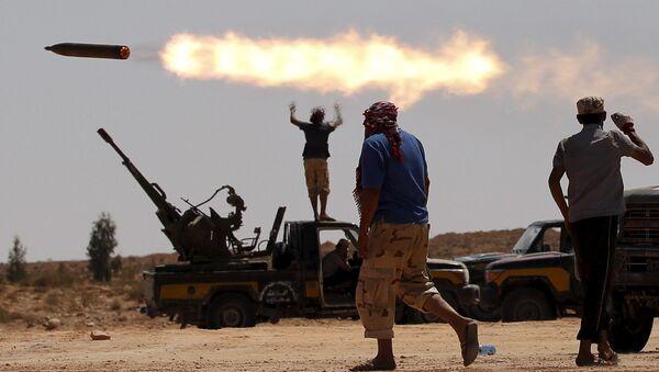 Бойцы оппозиции ведут обстрел правительственных войск возле Сирта, Ливия. Сентябрь 2011